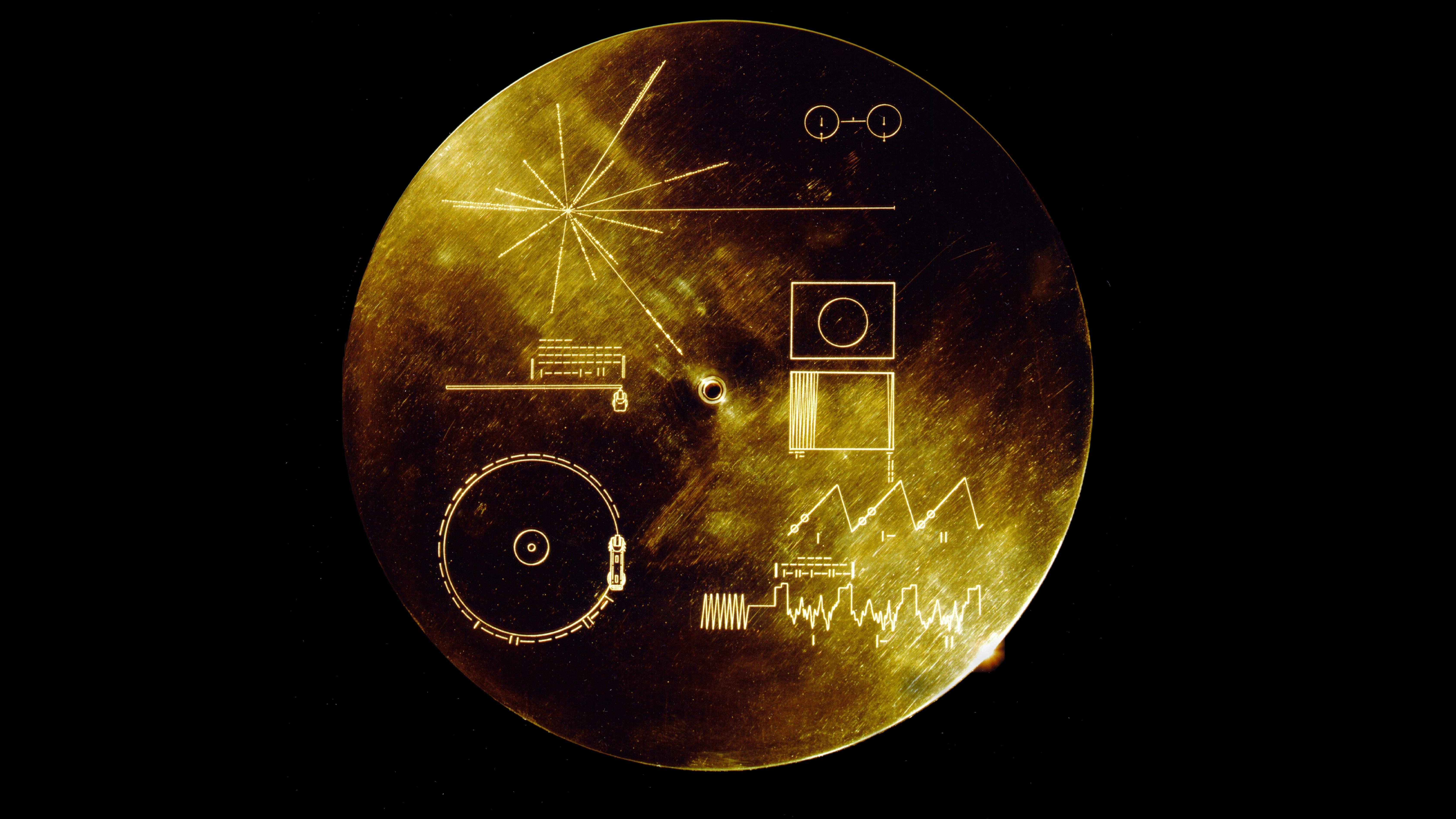 Begge Voyager-rumsonder medbringer en guldplade som denne for det tilfældes skyld, at de skulle blive fundet af intelligent liv.