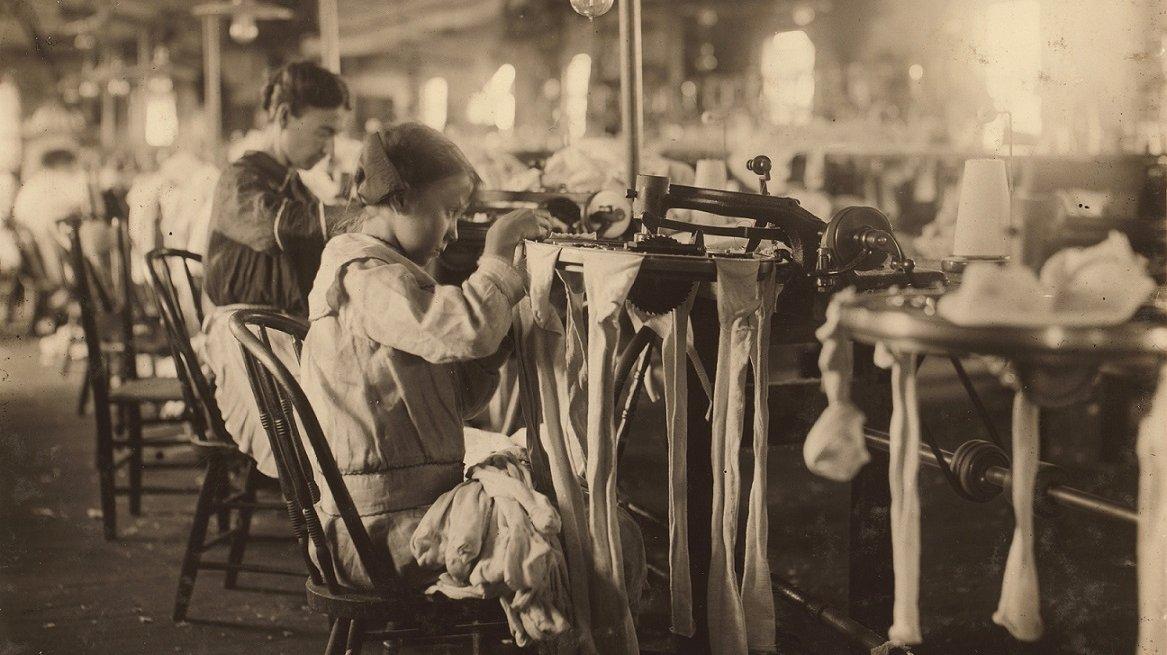 Både mænd, kvinder og børn arbejdede på de mange nye fabrikker, der åbnede op i 1800- og 1900-tallet.
