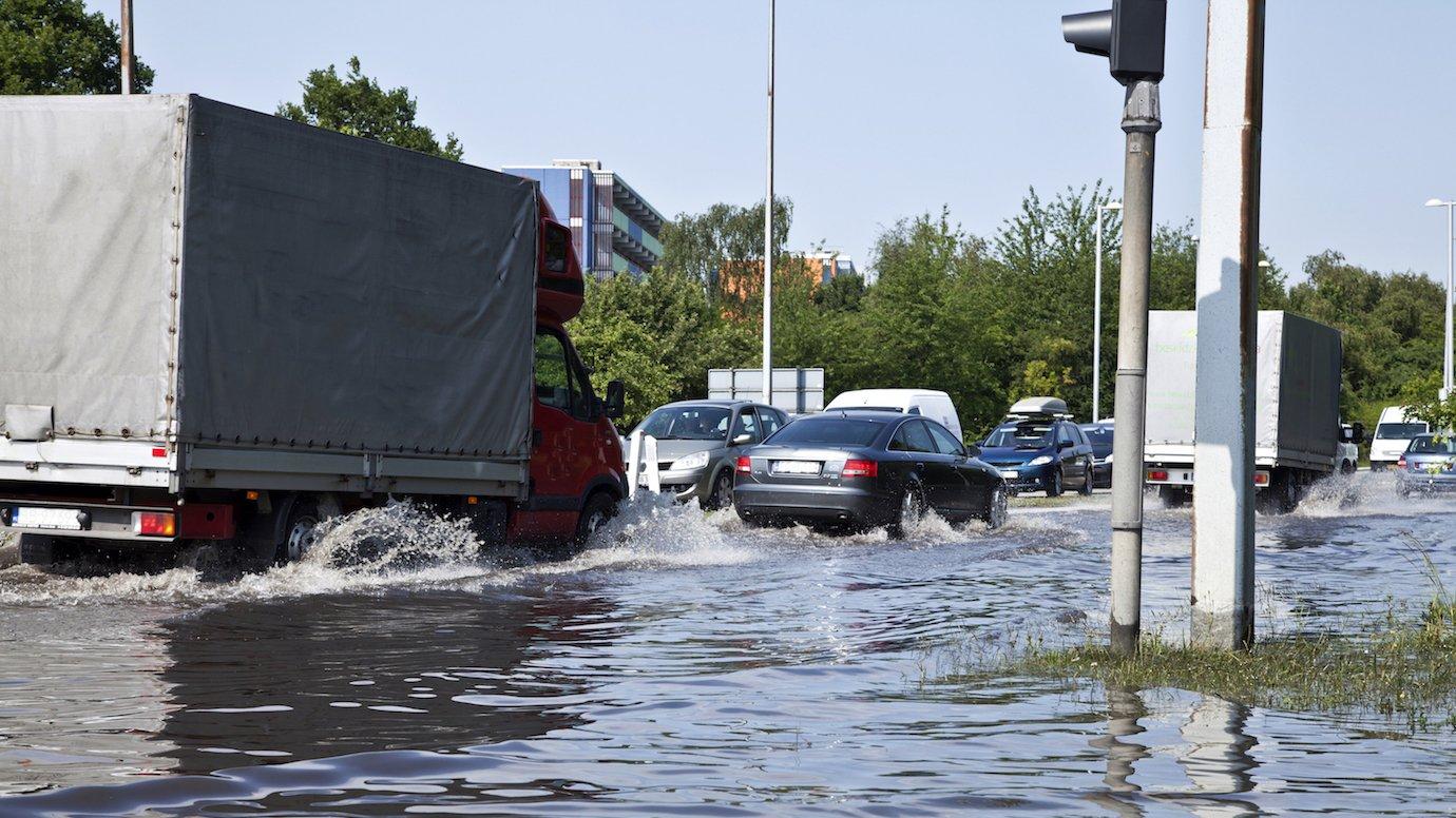 Kraftige regnskyl og stormfloder kan medføre oversvømmelser.