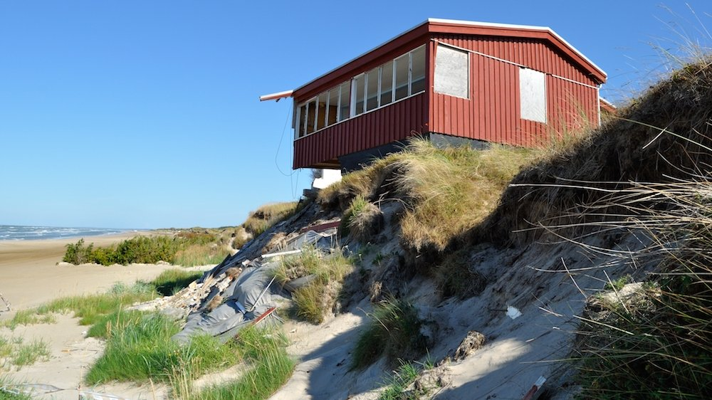 Bølger kan trække sand fra stranden ud i havet. Det er farligt for de mennesker, der bor tæt på havet.