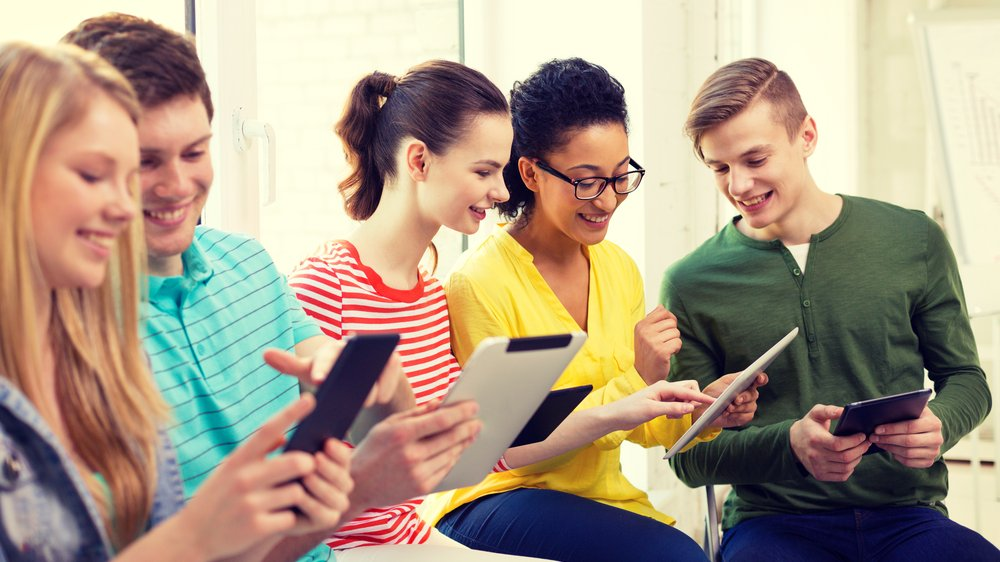 Det er i dag muligt at kommunikere online på tværs af tid og rum, men hvilken betydning har det for vores kommunikation med dem, som vi er i rum sammen med?